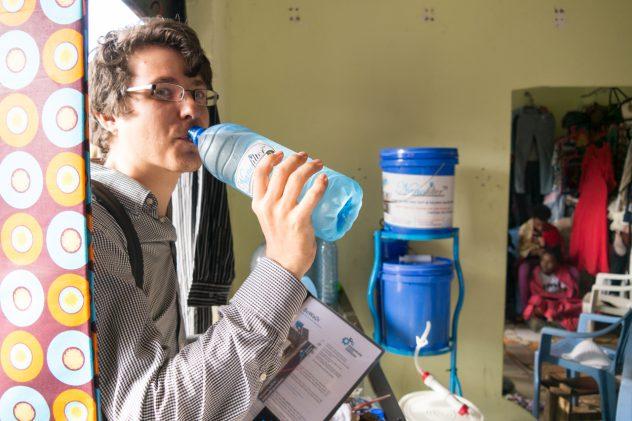 Tim überzeugt sich selbst vom NanoFilter-Wasser